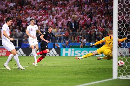 Pha lập công của Mandzukic đưa Croatia vào chung kết World Cup. Ảnh: AP.