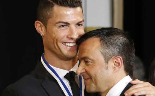 Ronaldo thông qua người đại diện là Mendes để tiếp cận Juventus.Ảnh: Caught Off Guard