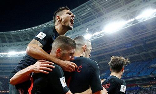 Lovren cùng tuyển Croatia làm nên lịch sử khi vào chung kết World Cup. Ảnh: Reuters.