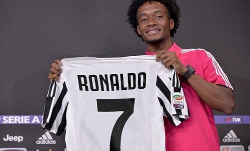 Cuadrado đăng ảnh chụp cùng áo số 7 của Ronaldo. Ảnh: Instagram/Cuadrado.