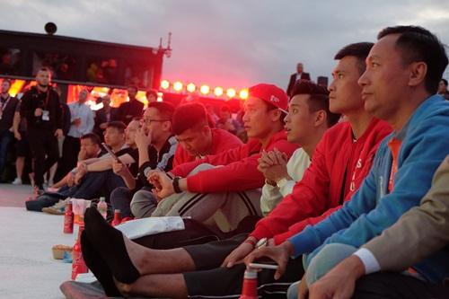 Tiến Dũng, Công Vinh, HuyMe, Hà Đức Chinh và những khán giả may mắn được xem trận bán kết giữa Pháp và Bỉ qua màn hình trên du thuyền Bud Boat