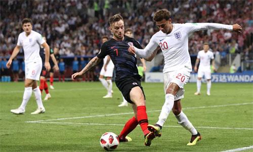 Rakitic (áo đen) vừa hết sốt vẫn đủ sức chiến đấu ở bán kết World Cup. Ảnh: Reuters