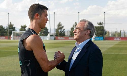 Perez (phải) thu lời lớn cho Real qua hai vụ mua và bán Ronaldo. Ảnh: Marca