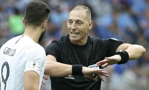 Pitana (phải) bắt chính trận tứ kết Pháp - Uruguay. Ảnh: Reuters