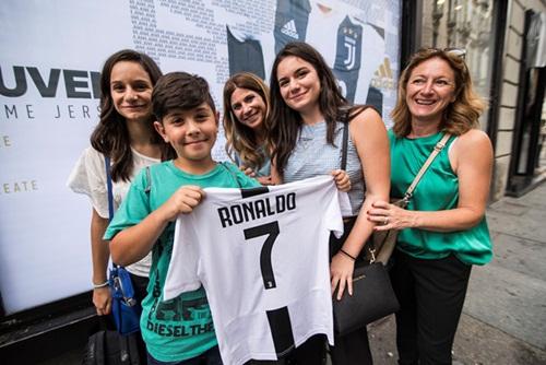CĐV Juventus hân hoan chờ đón Ronaldo. Ảnh: Reuters.