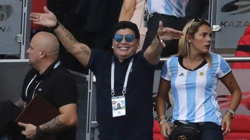 Maradona tiếp tục ủng hộ Messi. Ảnh: AP.