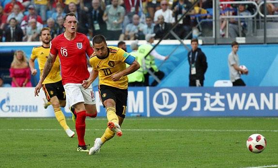 Hazard không bỏ lỡ cơ hội khi đối mặt Pickford.