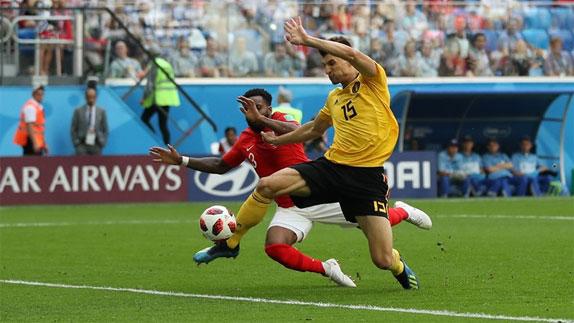 Tuyển Bỉ sớm có bàn phủ đầu vào lưới Anh. Ảnh: Reuters