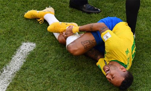 Neymar ăn vạ tại World Cup mà không thu được kết quả gì. Ảnh: Reuters