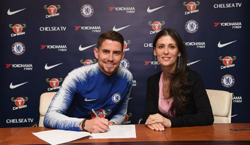 Jorginho ký hợp đồng với Giám đốcMarina Granovskaia. Ảnh:Chelsea FC.