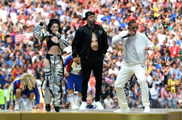 Ba ca sĩ cuồng nhiệt trong ca khúc Live it up. Ảnh: AP.