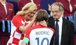 Nữ tổng thống Croatia rơi lệ khi ôm Modric