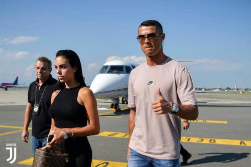 Ronaldo và bạn gái tới Turin sau kỳ nghỉ. Ảnh:Juventus FC.