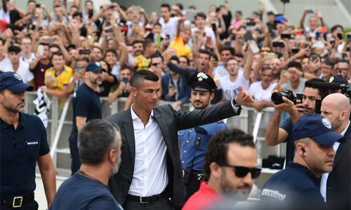 CĐV Juventus chào đón Ronaldo