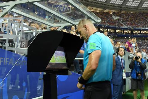 Trọng tài Pitana dùng công nghệ VAR, xam lại tình huống và thổi phạt đền với Croatia, gây ra nhiều tranh cãi.