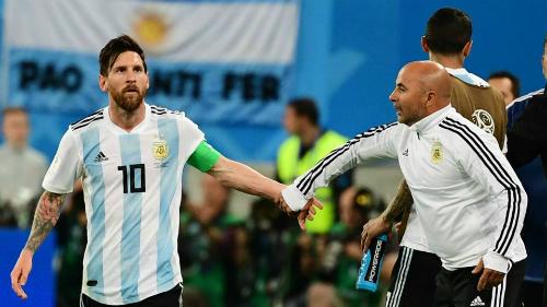 Trong những ngày cuối ở đội tuyển Argentina, Sampaoli bị cho là mất khả năng kiểm soát cầu thủ và phải dựa hoàn toàn vào Messi. Ảnh:FIFA.