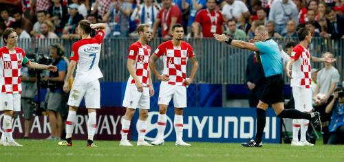 Cầu thủ Croatia thất thần vì quả phạt đền. Ảnh: Reuters.