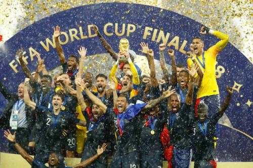Pháp cùng nângchức vô địch trong mưa. Ảnh: Reuters.