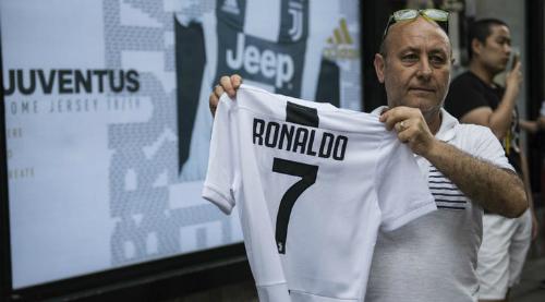 Một cổ động viên với áo đấu Juventus mang tên Ronaldo. Ảnh:AFP.