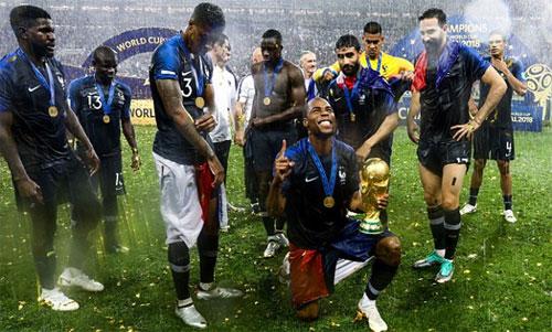 Kante (thứ hai từ trái sang) không dám lao vào giành Cup để chụp ảnh. Ảnh: Reuters