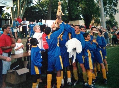 Kante (trái, áo xanh) nhút nhát khi cùng đội trẻ giành chức vô địch.