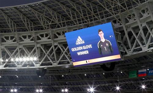 Khoảnh khắc FIFA công bố Courtois giành Găng vàng. Ảnh: Reuters