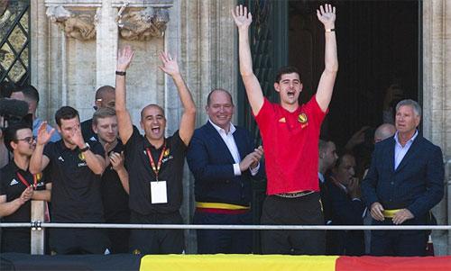 Courtois (áo đỏ) chia vui tại Bỉ khi về nước vào chiều 15/7.