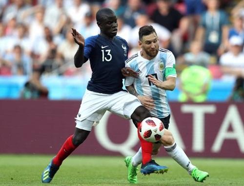 Kante theo kèm Messi như hình với bóng ở vòng 1/8 World Cup 2018. Ảnh: AP.