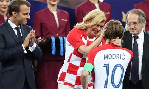 Tổng thống Croatia, Kolinda Grabar-Kitarovic an ủi Modric và các tuyển thủ nhà sau thất bại ở chung kết World Cup.