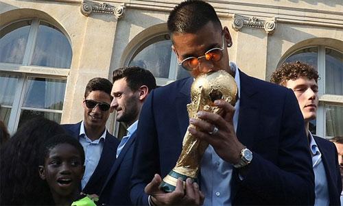 Areola hôn Cup vàng trong lễ mừng chiến thắng tại Paris. Ảnh: Reuters