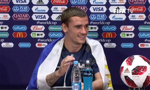 Griezmann mang cờ Uruguay sau chiến thắng trong trận chung kết. Ảnh: Marca