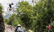 Tay đua leo núi bay qua đầu đoàn Tour de France