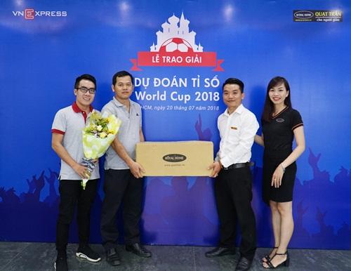 Khán giả Phan Văn Lợi nhận giải thưởng khi đoán trúng tỷ số trận bán kết một giữa Pháp - Bỉ.