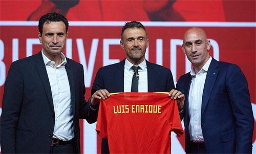 Luis Enrique (giữa) trở thành HLV Tây Ban Nha sau khi dẫn dắt Barca giành chín danh hiệu trong ba năm. Ảnh: Reuters
