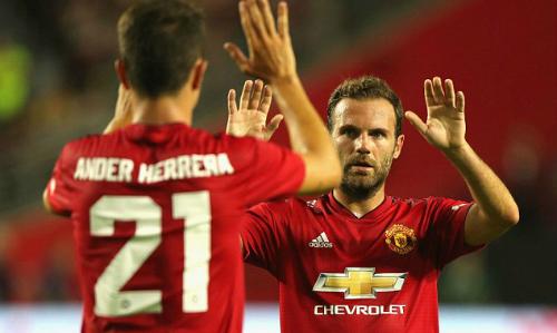Mata mừng bàn thắng với Herrera. Ảnh: ManUtd.