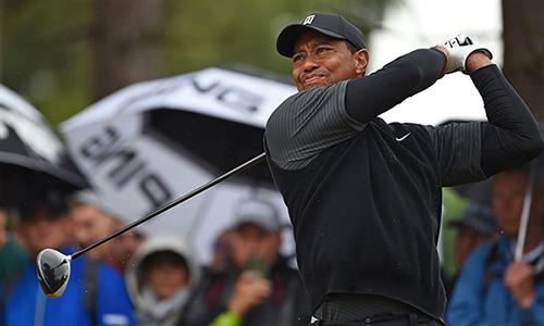 Woods vượt qua khởi đầu khó khăn, để đạt par, bằng điểmngười bạn Phil Mickelson. Ảnh: Sky Sports.
