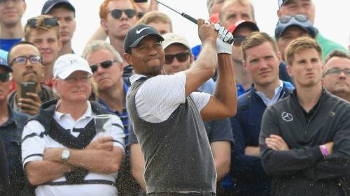 Tiger Woods khiến các khán giả phấn khích với màn trình diễn đẳng cấp tại vòng ba. Ảnh:Sky Sports.