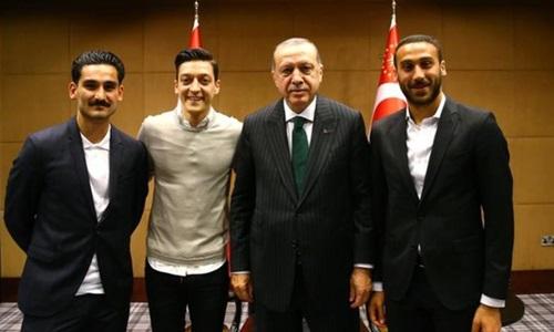 Bức ảnh Ozil và Gundogan chụp chung với Tổng thống Thổ Nhĩ Kỳ. Ảnh: Reuters.
