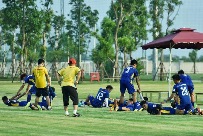 Tuyển Olympic Việt Nam tập buổi đầu tiên chuẩn bị dự Asiad