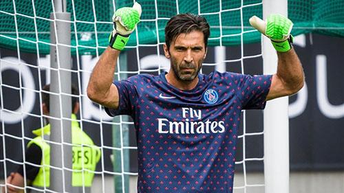 Buffon bước vào thử thách mới trong màu áo PSG. Ảnh: AP.