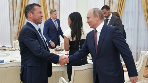 Matthaus bắt tay Putin. Ảnh: RT.