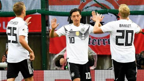 Ozil (số 10) chia tay tuyển Đức giữa giông bão. Ảnh: EPA.