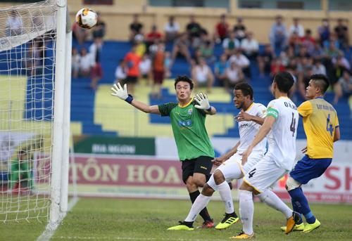 Bùi Tiến Dũng phải ba lần vào lưới nhặt bóng khi trở lại đội hình chính của Thanh Hóa. Ảnh: Lâm Thỏa