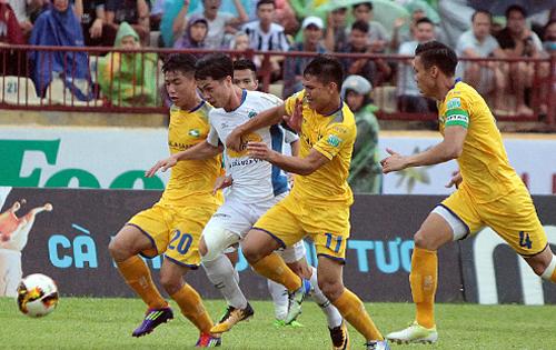 Cầu thủ SLNA phong toả Công Phượng trong chiến thắng 3-1 ngày 21/7.