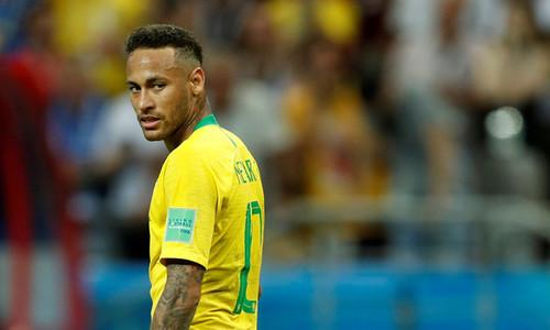 Neymar đẩy ngã cầu thủ nghiệp dư sau khi mất bóng
