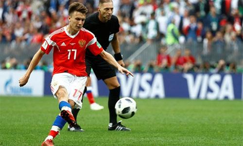Golovin sút phạt trực tiếp ghi bàn trong trận Nga thắng Ảrập Xêút 5-0 trong ngày khai mạc World Cup. Ảnh: Reuters