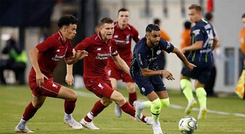 Mahrez đi bóng trước dàn cầu thủ Liverpool trong hiệp một.