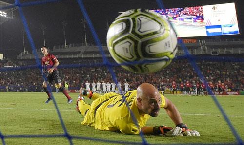 Herrera đánh bại Reina trên chấm 11m. Ảnh: Reuters