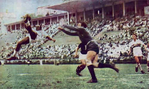Leonidas (trái) là hiện thân cho một Capoeirista (nghệ sỹ Capoeira) trên sân bóng Brazil những năm 1930.