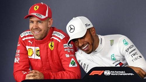 Hamilton (phải) cạnh tranh quyết liệt chức vô địch thế giới với Vettel. Ảnh: AP.